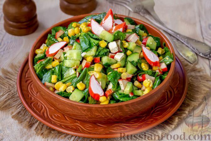 Фото приготовления рецепта: Крабовый салат с кукурузой, огурцом, фетой и шпинатом - шаг №7