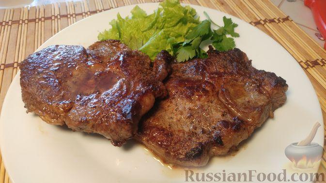 Фото приготовления рецепта: Бифштекс с чесноком и сливочным маслом - шаг №9