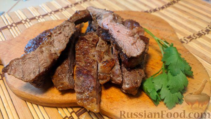 Фото приготовления рецепта: Бифштекс с чесноком и сливочным маслом - шаг №10