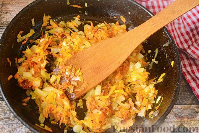 Фото приготовления рецепта: Печёночный торт с морковью и орехами - шаг №10