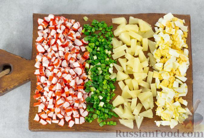 Фото приготовления рецепта: Салат с ананасами, крабовыми палочками и кукурузой - шаг №3