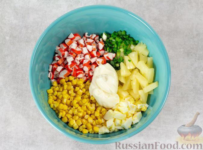 Фото приготовления рецепта: Салат с ананасами, крабовыми палочками и кукурузой - шаг №4