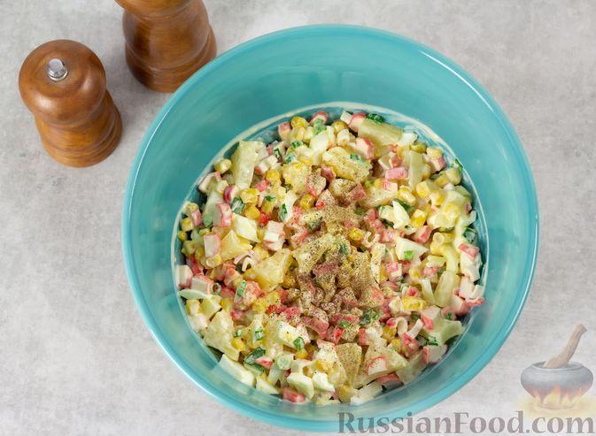Фото приготовления рецепта: Салат с ананасами, крабовыми палочками и кукурузой - шаг №5