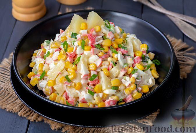 Фото приготовления рецепта: Салат с ананасами, крабовыми палочками и кукурузой - шаг №7