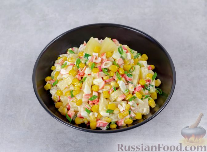 Фото приготовления рецепта: Салат с ананасами, крабовыми палочками и кукурузой - шаг №6