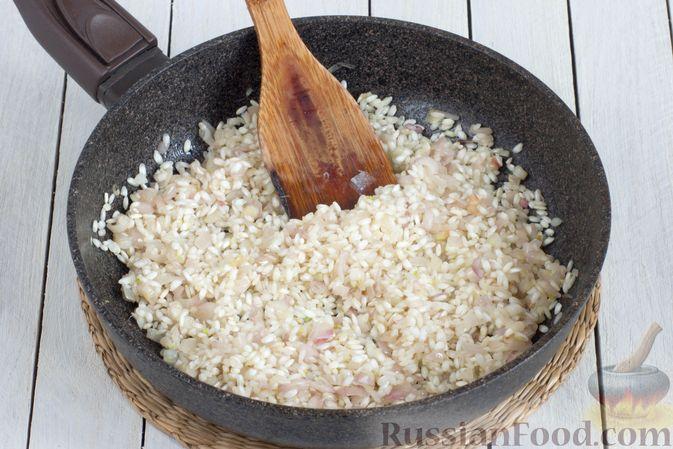 Фото приготовления рецепта: Ризотто с сыром, луком и чесноком - шаг №3