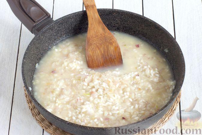 Фото приготовления рецепта: Ризотто с сыром, луком и чесноком - шаг №5