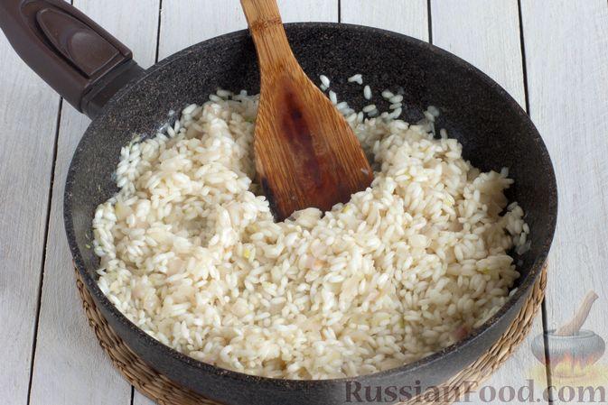 Фото приготовления рецепта: Ризотто с сыром, луком и чесноком - шаг №6