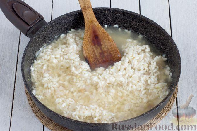 Фото приготовления рецепта: Ризотто с сыром, луком и чесноком - шаг №7