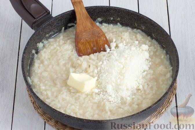 Фото приготовления рецепта: Ризотто с сыром, луком и чесноком - шаг №9