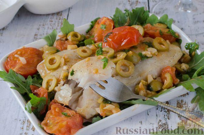 Фото к рецепту: Жареная треска с помидорами и оливками