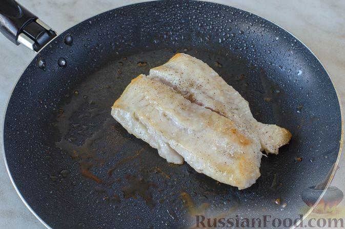 Фото приготовления рецепта: Жареная треска с помидорами и оливками - шаг №2