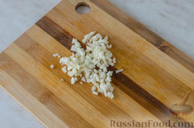Фото приготовления рецепта: Жареная треска с помидорами и оливками - шаг №4