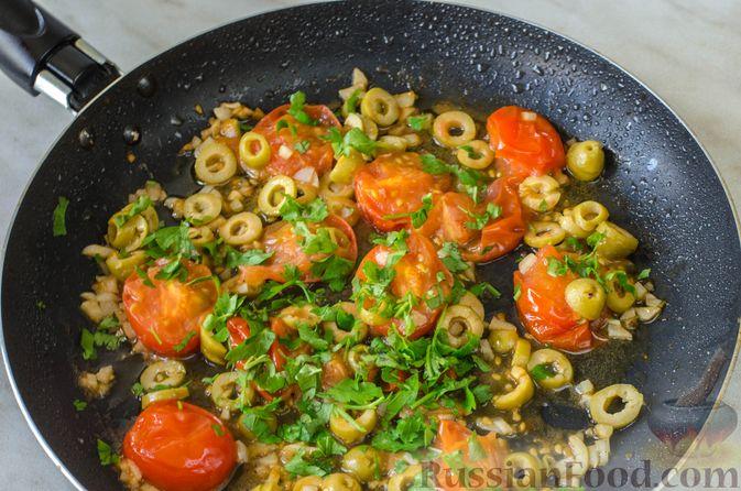 Фото приготовления рецепта: Жареная треска с помидорами и оливками - шаг №10