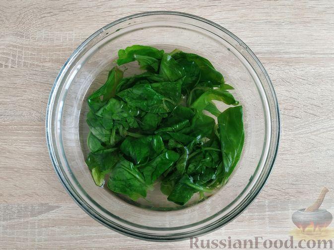 Фото приготовления рецепта: Песто из шпината с грецкими орехами - шаг №3