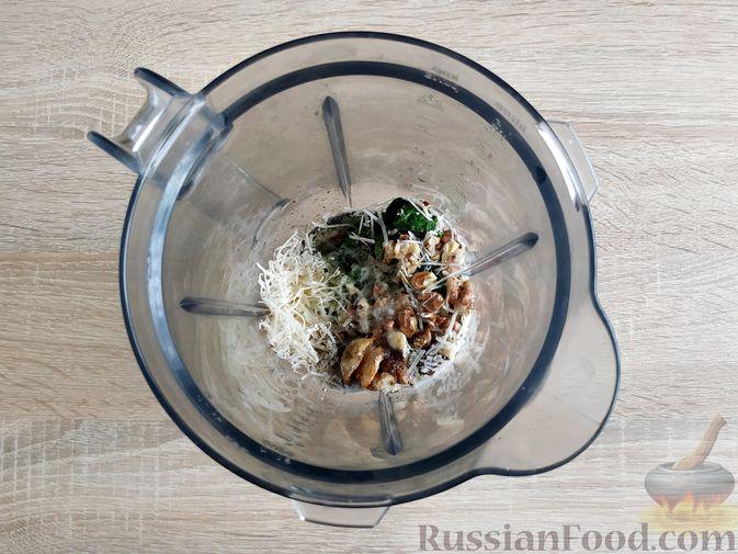 Фото приготовления рецепта: Песто из шпината с грецкими орехами - шаг №9