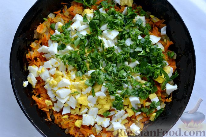 Фото приготовления рецепта: Картофельные зразы с морковью и варёными яйцами - шаг №11