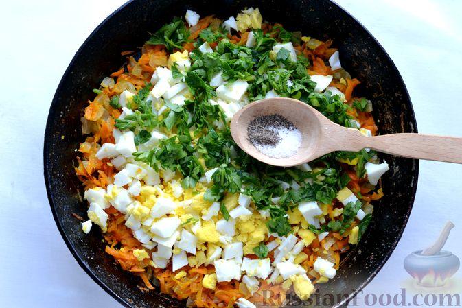 Фото приготовления рецепта: Картофельные зразы с морковью и варёными яйцами - шаг №12