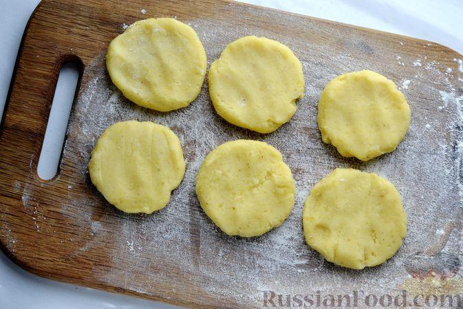 Фото приготовления рецепта: Картофельные зразы с морковью и варёными яйцами - шаг №14