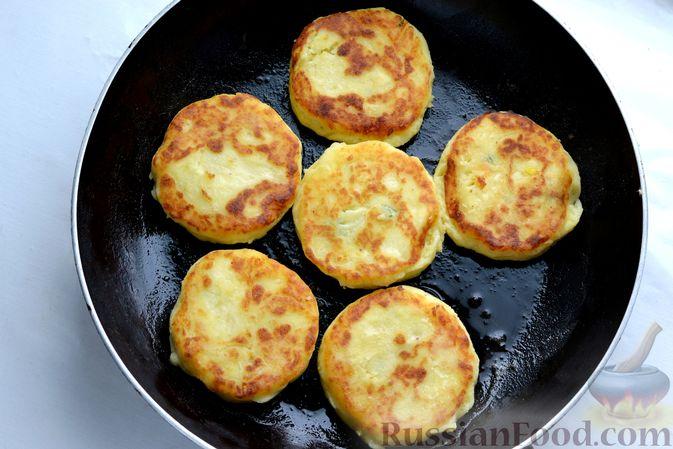 Фото приготовления рецепта: Картофельные зразы с морковью и варёными яйцами - шаг №18