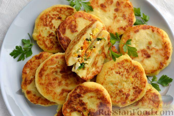 Фото приготовления рецепта: Картофельные зразы с морковью и варёными яйцами - шаг №21