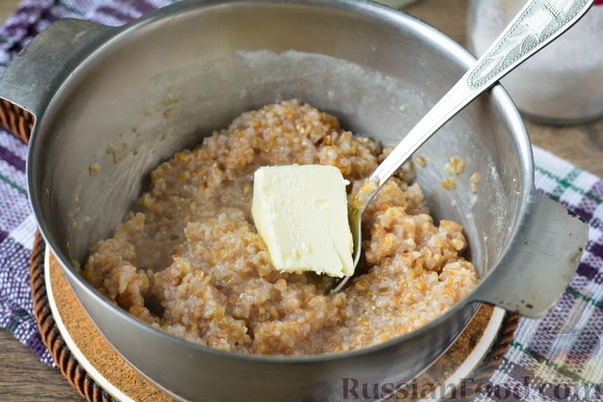 Фото приготовления рецепта: Запеканка из ячневой каши с изюмом - шаг №4