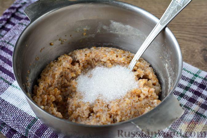 Фото приготовления рецепта: Запеканка из ячневой каши с изюмом - шаг №5