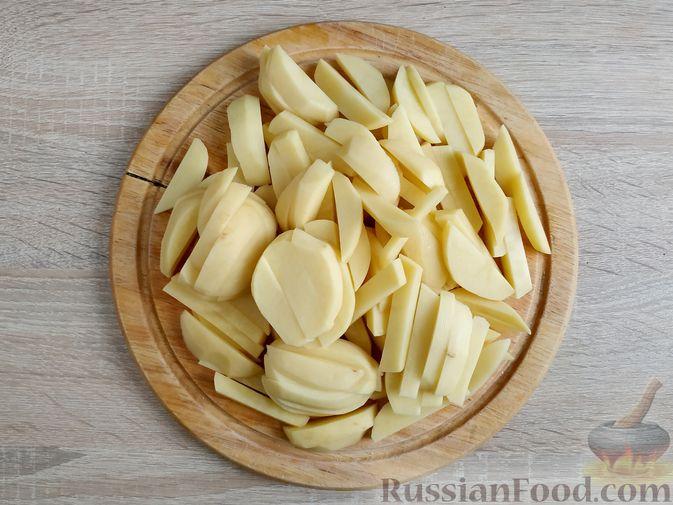 Фото приготовления рецепта: Жареный картофель с тушёнкой - шаг №2