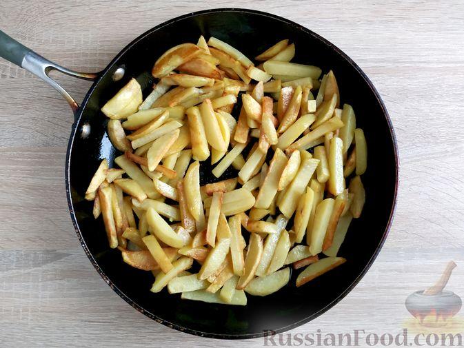 Фото приготовления рецепта: Жареный картофель с тушёнкой - шаг №4