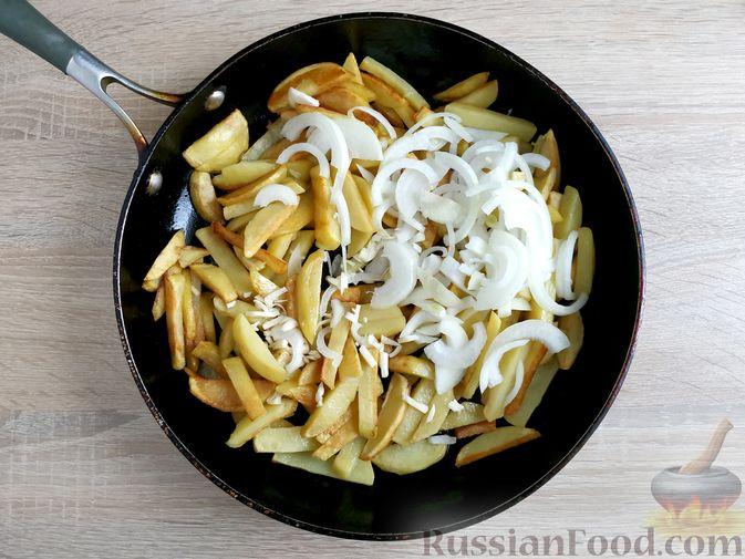 Фото приготовления рецепта: Жареный картофель с тушёнкой - шаг №6