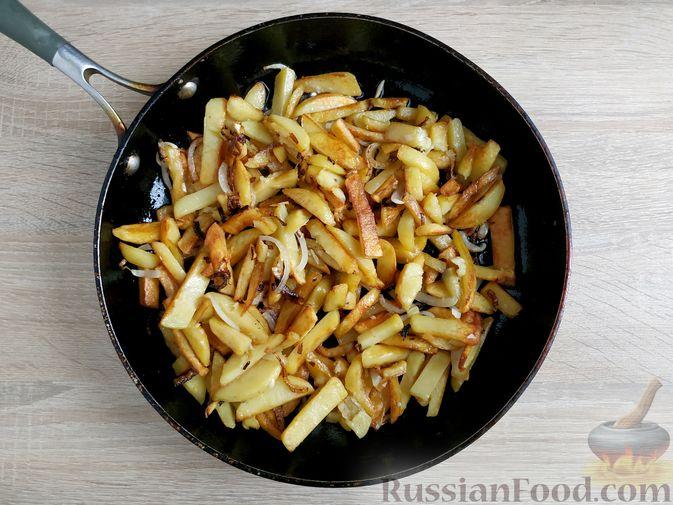 Фото приготовления рецепта: Жареный картофель с тушёнкой - шаг №7