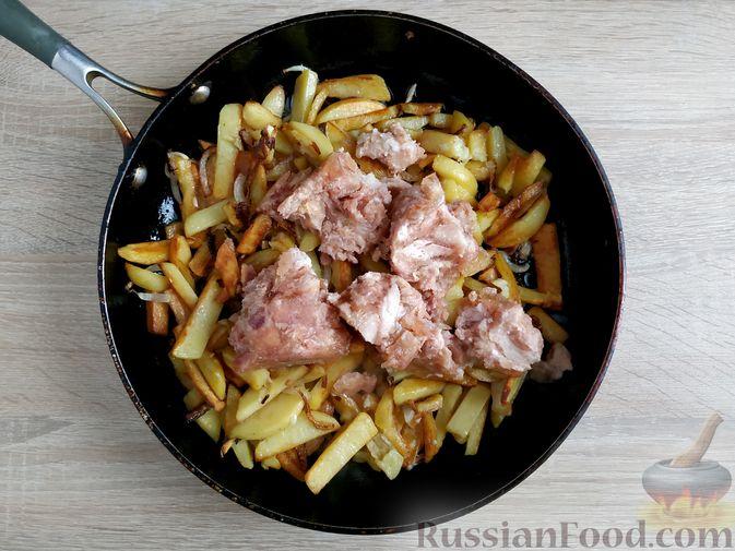 Фото приготовления рецепта: Жареный картофель с тушёнкой - шаг №8