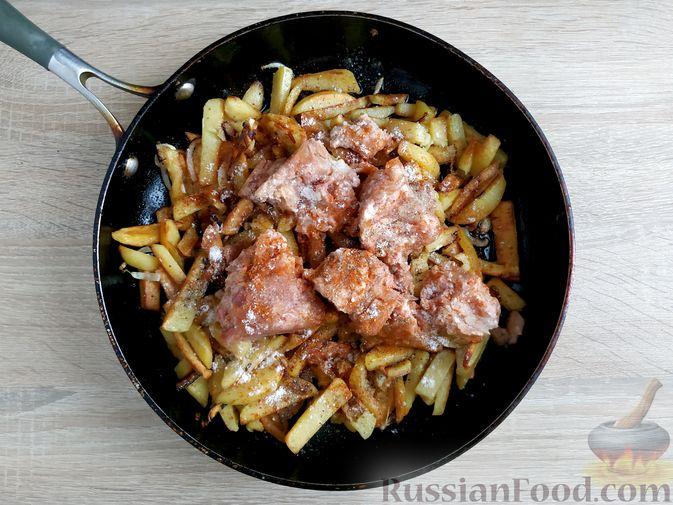 Фото приготовления рецепта: Жареный картофель с тушёнкой - шаг №9