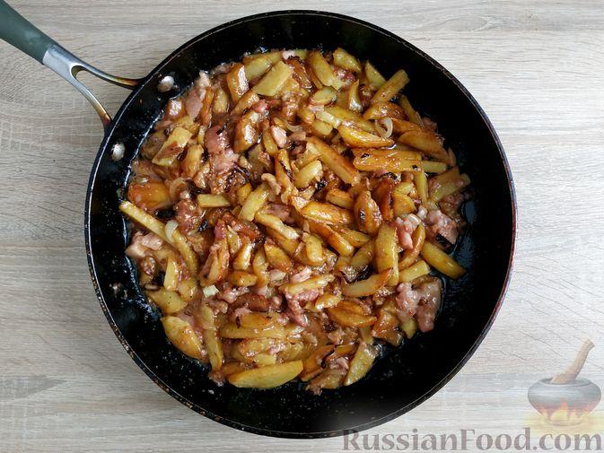 Фото приготовления рецепта: Жареный картофель с тушёнкой - шаг №10