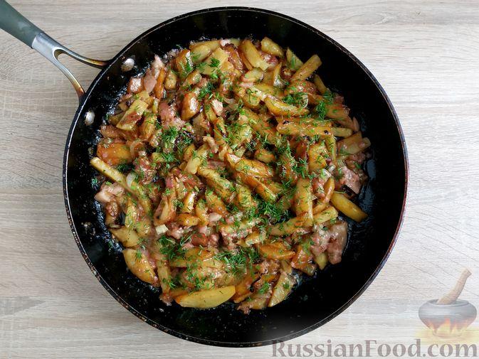Фото приготовления рецепта: Жареный картофель с тушёнкой - шаг №12