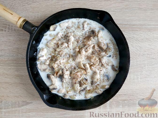 Фото приготовления рецепта: Куриное филе со шпинатом и грибами, в сливочном соусе - шаг №7