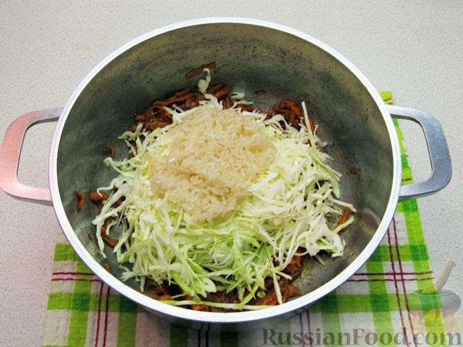 Фото приготовления рецепта: Суп с капустой, помидорами, рисом и ветчиной - шаг №10