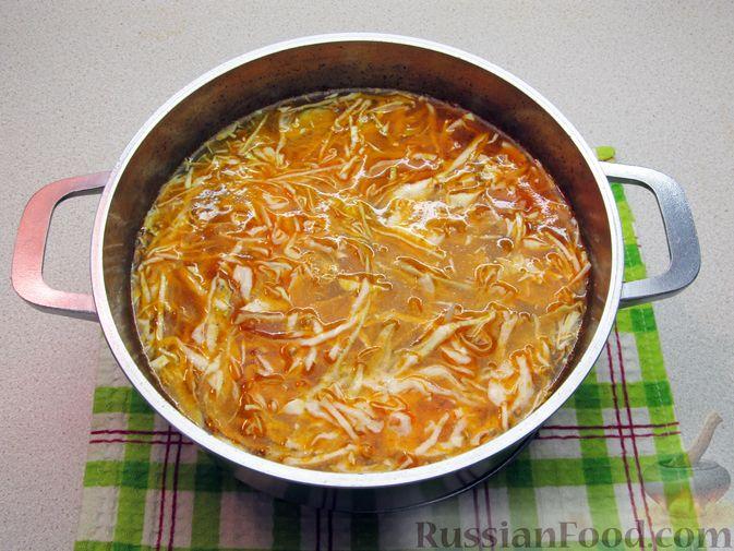 Фото приготовления рецепта: Суп с капустой, помидорами, рисом и ветчиной - шаг №11