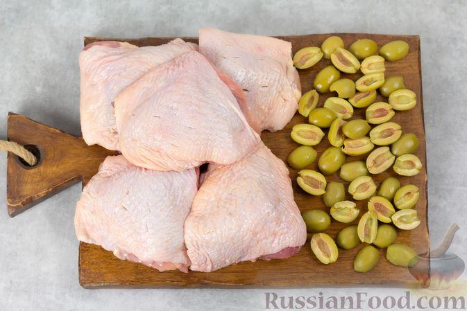Фото приготовления рецепта: Курица, запечённая с оливками и изюмом - шаг №2