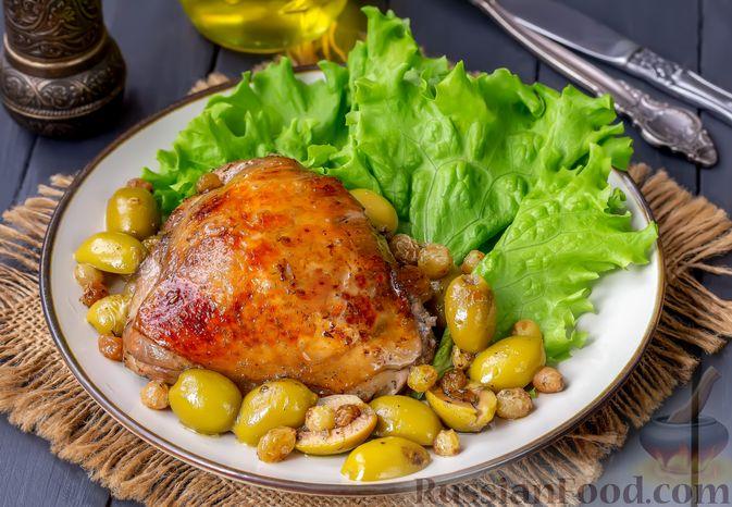 Фото приготовления рецепта: Курица, запечённая с оливками и изюмом - шаг №9