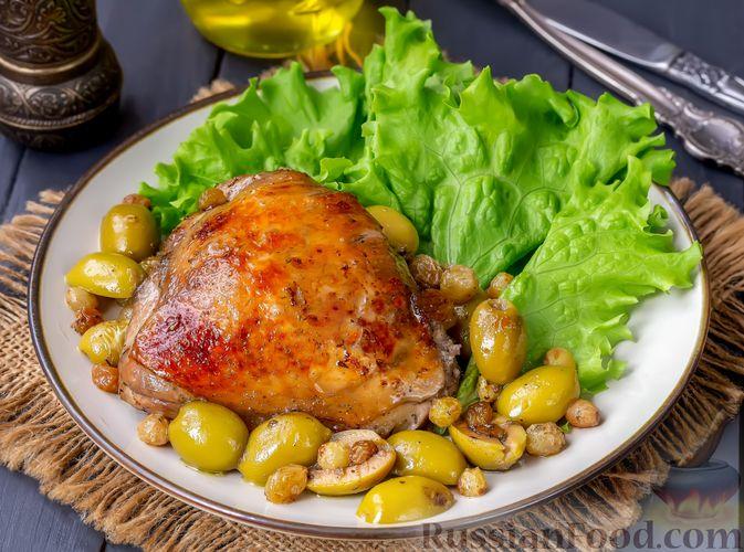 Фото к рецепту: Курица, запечённая с оливками и изюмом