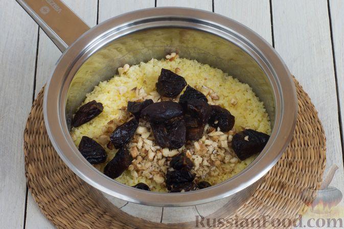 Фото приготовления рецепта: Пшённая каша на воде, с орехами и черносливом - шаг №7
