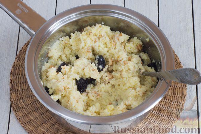 Фото приготовления рецепта: Пшённая каша на воде, с орехами и черносливом - шаг №8
