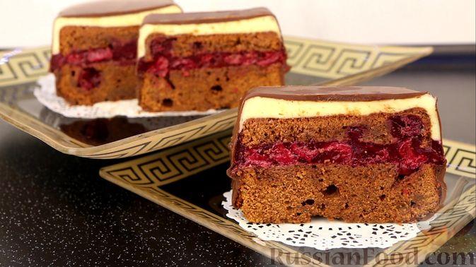 """Фото к рецепту: Шоколадный кекс """"Чёрный лес"""" с вишней, ганашем из белого шоколада и глазурью"""