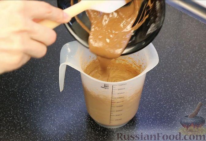 """Фото приготовления рецепта: Шоколадный кекс """"Чёрный лес"""" с вишней, ганашем из белого шоколада и глазурью - шаг №6"""