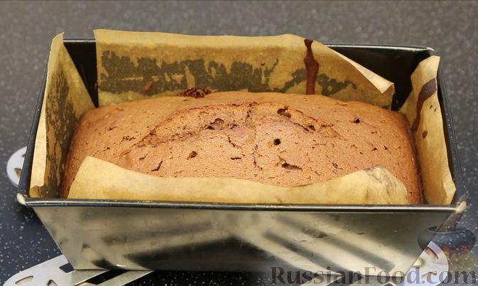 """Фото приготовления рецепта: Шоколадный кекс """"Чёрный лес"""" с вишней, ганашем из белого шоколада и глазурью - шаг №10"""