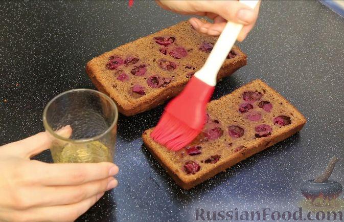 """Фото приготовления рецепта: Шоколадный кекс """"Чёрный лес"""" с вишней, ганашем из белого шоколада и глазурью - шаг №23"""