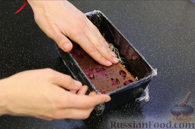 """Фото приготовления рецепта: Шоколадный кекс """"Чёрный лес"""" с вишней, ганашем из белого шоколада и глазурью - шаг №25"""