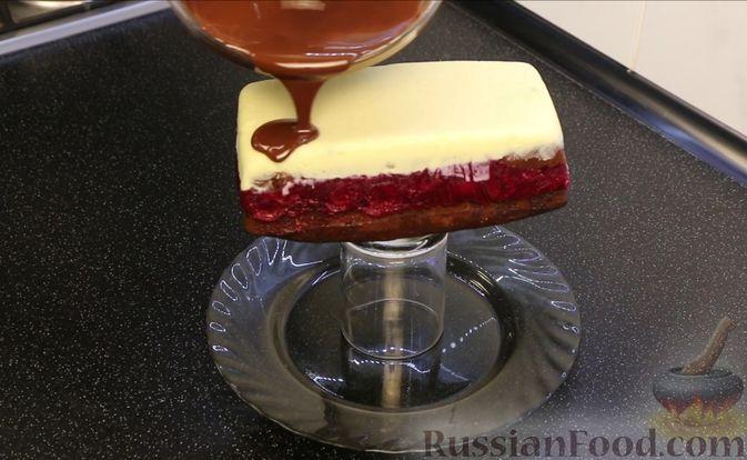 """Фото приготовления рецепта: Шоколадный кекс """"Чёрный лес"""" с вишней, ганашем из белого шоколада и глазурью - шаг №31"""