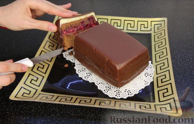 """Фото приготовления рецепта: Шоколадный кекс """"Чёрный лес"""" с вишней, ганашем из белого шоколада и глазурью - шаг №33"""